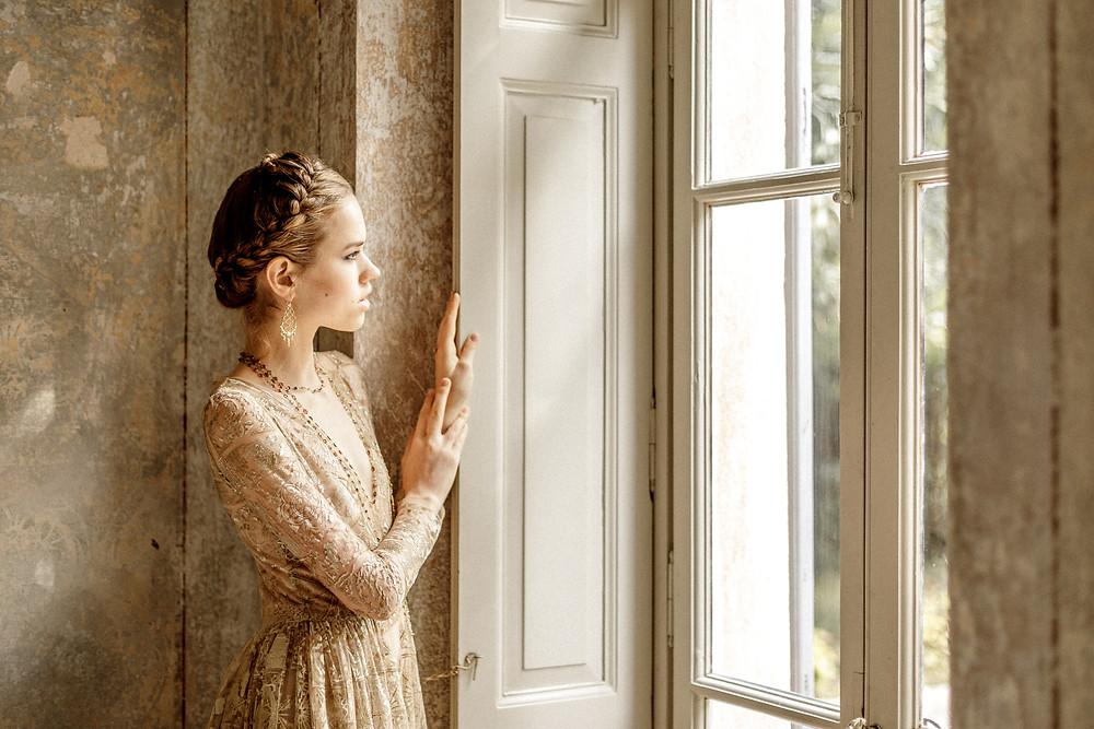 Braut wartet auf den Bräutigam damit die Hochzeit im Ausland in Italien beginnen kann