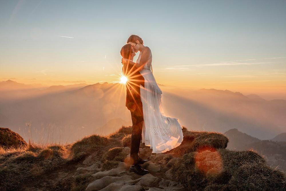 Filmkuss bei einem after wedding shooting bei Sonnenuntergang auf einem Berg in Österreich