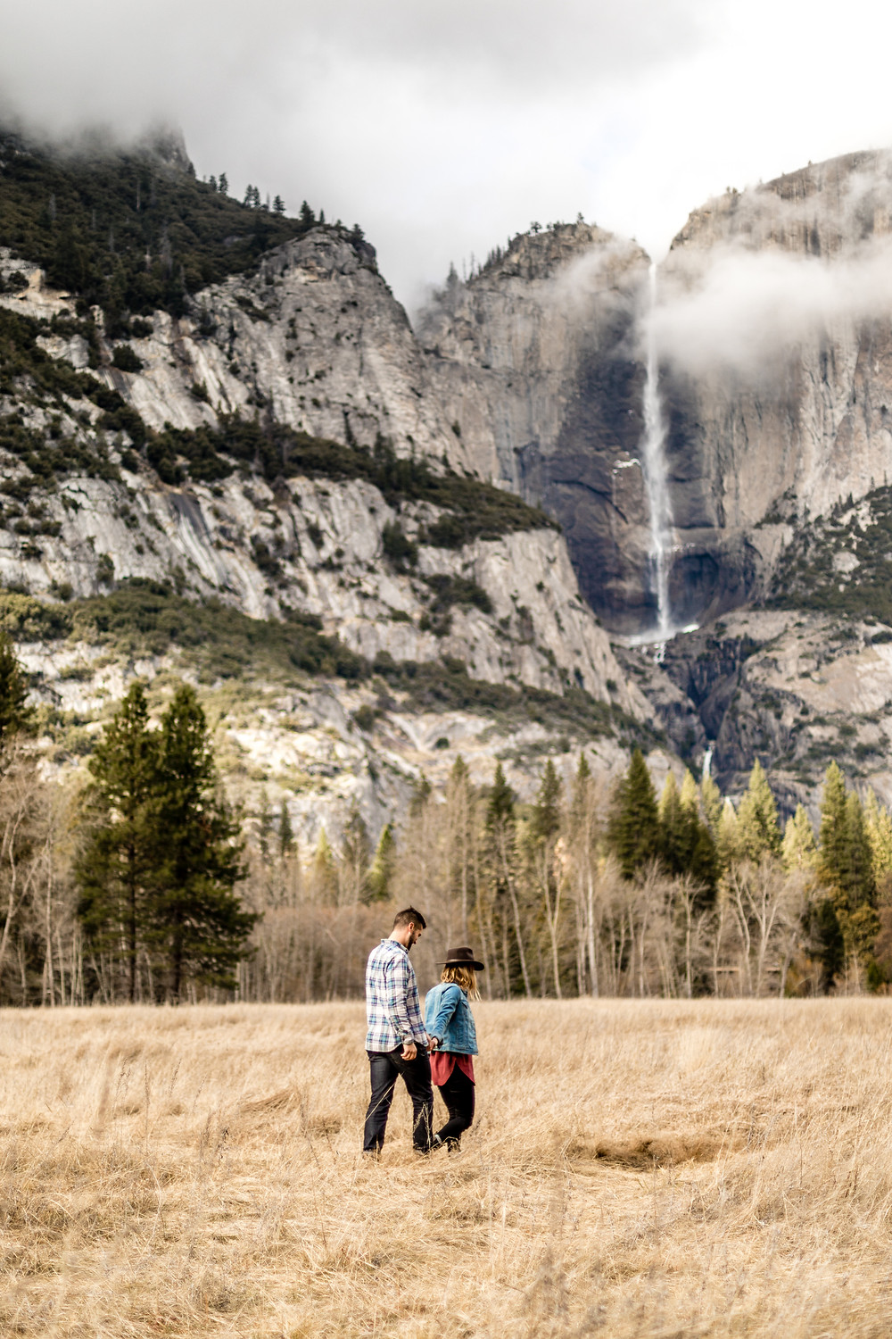 adventure couple photos in the stunning landscape of Yosemite Nationalpark