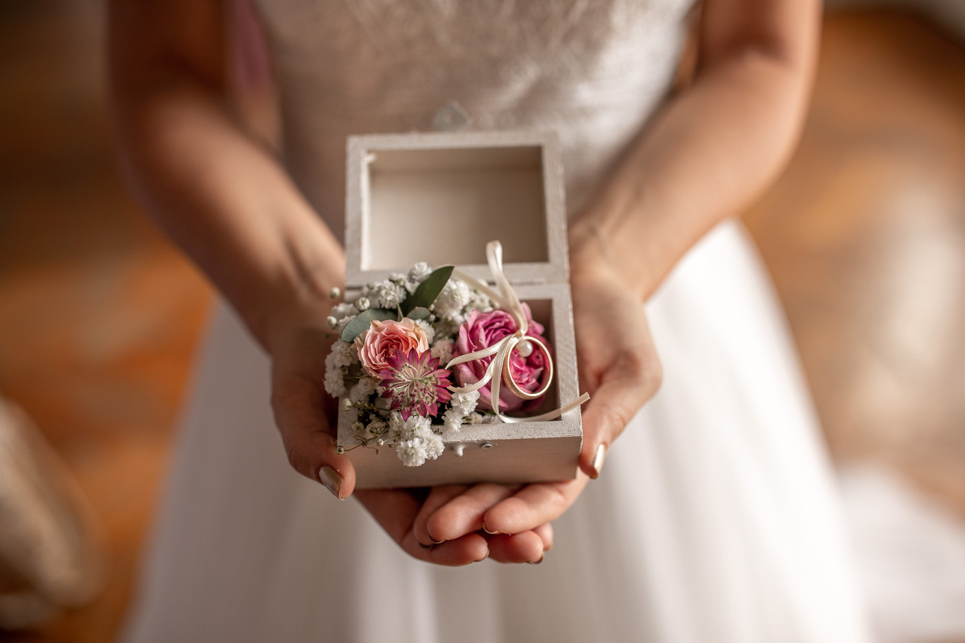 wedding decor in a box - beautiful small box with flowers in it