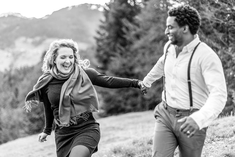 Spaß beim Paarshooting in den Österreichischen Bergen