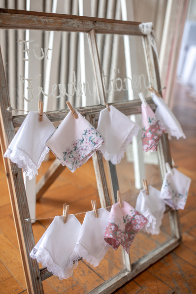 hochzeitsdeko - taschentücher auf einem stuhl im fall das einem die tränen während der hochzeit kommen