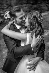 schwarz weiß kuss foto vom brautpaar am hochzeitstag