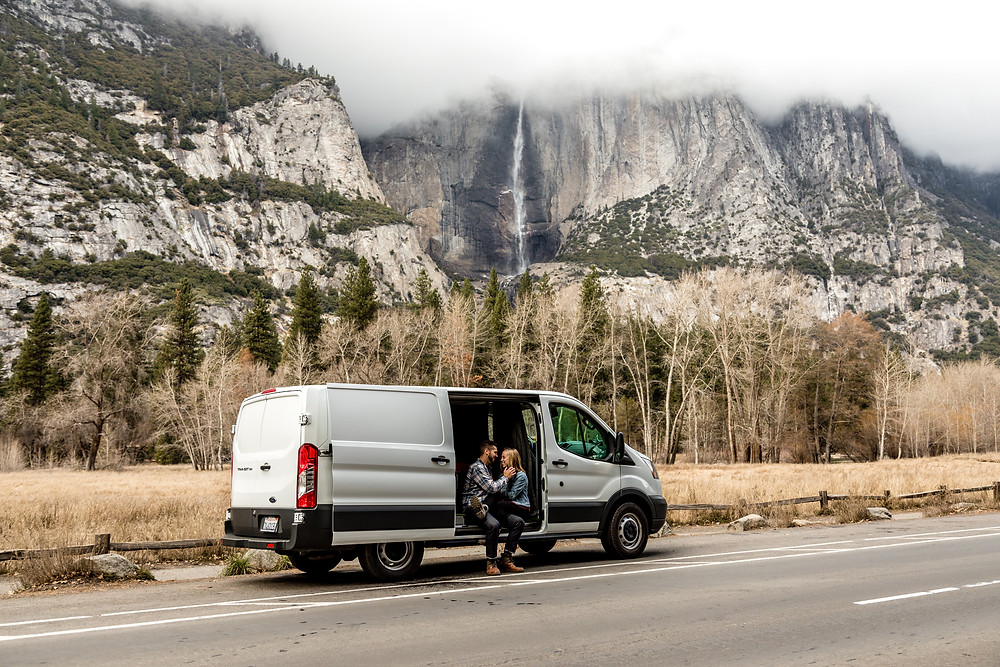 family photos in a camper van in the stunning landscape of Yosemite Nationalpark | California Elopement Photographer