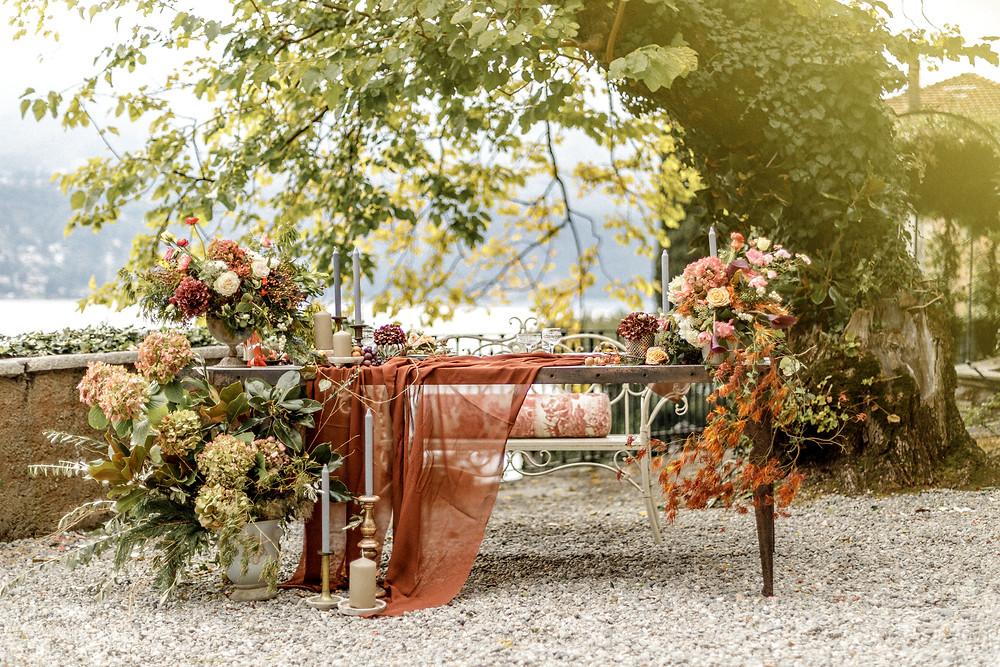 einzigartige Dekoration des Hochzeitstisches bei der Elopement Hochzeit in Italien