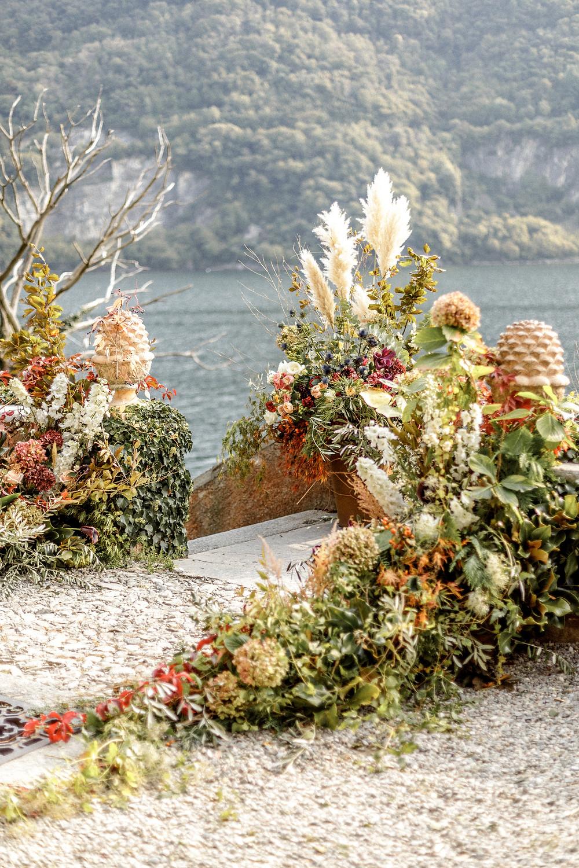 besonderer Blumenschmuck für die Hochzeitszeremonie am Comosee