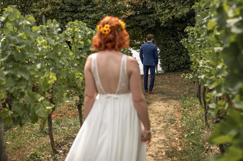 First Look des Brautpaares am Hochzeitstag - Hochzeitsfotografie am Bodensee, in Nonnenhorn in Deutschland || Bohoray - Abendteuer Hochzeitsfotos und Elopementfotografin - Victoria Rüf || www.bohoray.com