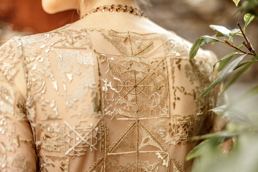 Detail des besonderen goldenen Hochzeitskleides von Emily Riggs
