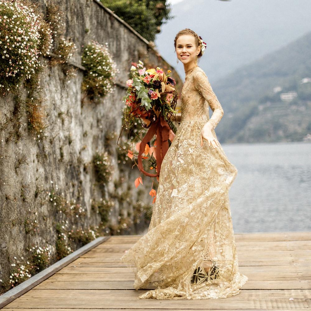 wunderschöne Braut in einem goldenen Hochzeitskleid von Emily Riggs