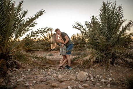 natural and authentic Engagementphotos in front of Palmtrees in the Desert in Morocco || Bohoray Adventure Elopement and Weddingphotography by Victoria Ruef || www.bohoray.com || Elopementphotographer Morocca, Adventure Weddingphotographer Africa