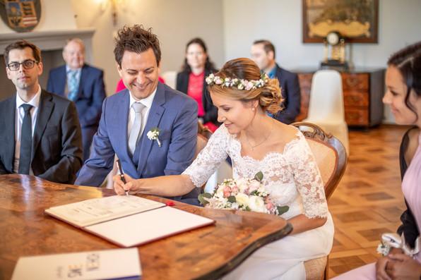 unterschrift bei der standesamtlichen Hochzeit im Palast Hohenems