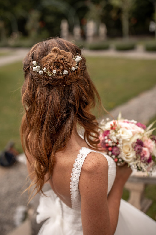 bride from behind on the wedding - bride photo - wedding dress