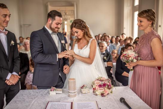 braut steckt bräutigam den ring an den finger - besondere momente während der trauung