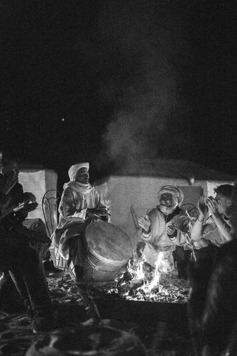 sitting around the bonfire and listen the berber songs | Travel and Landscape Photography in Morocco Africa || Bohoray - Adventure Elopement and Wedding Photographer - Victoria Ruef || www.bohoray.com
