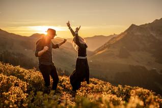 Paar tanzt in den Alpen