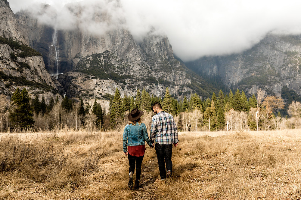 authentic couple photos in the nature in Yosemite Nationalpark in California