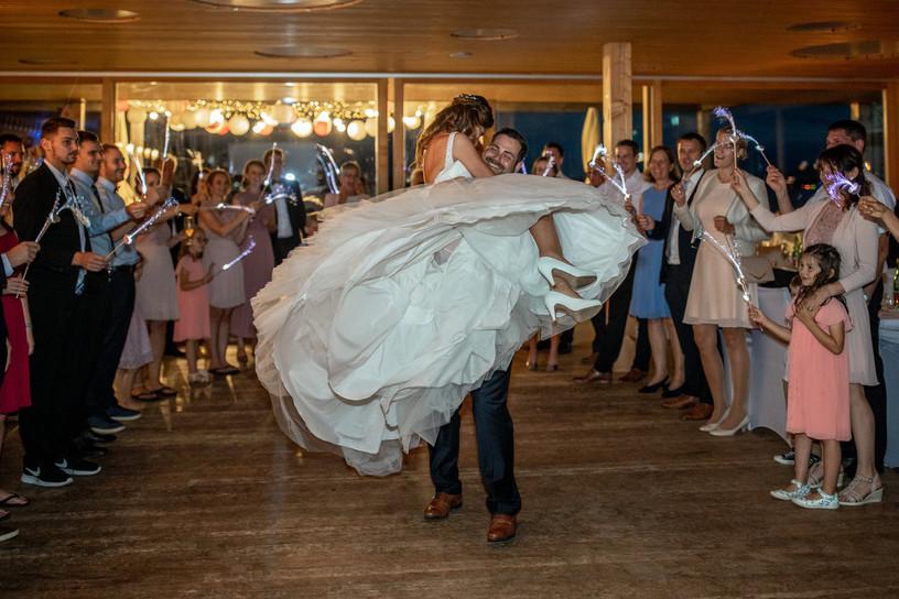 bräutigam hebt braut bei ihrem ersten tanz vom boden ab