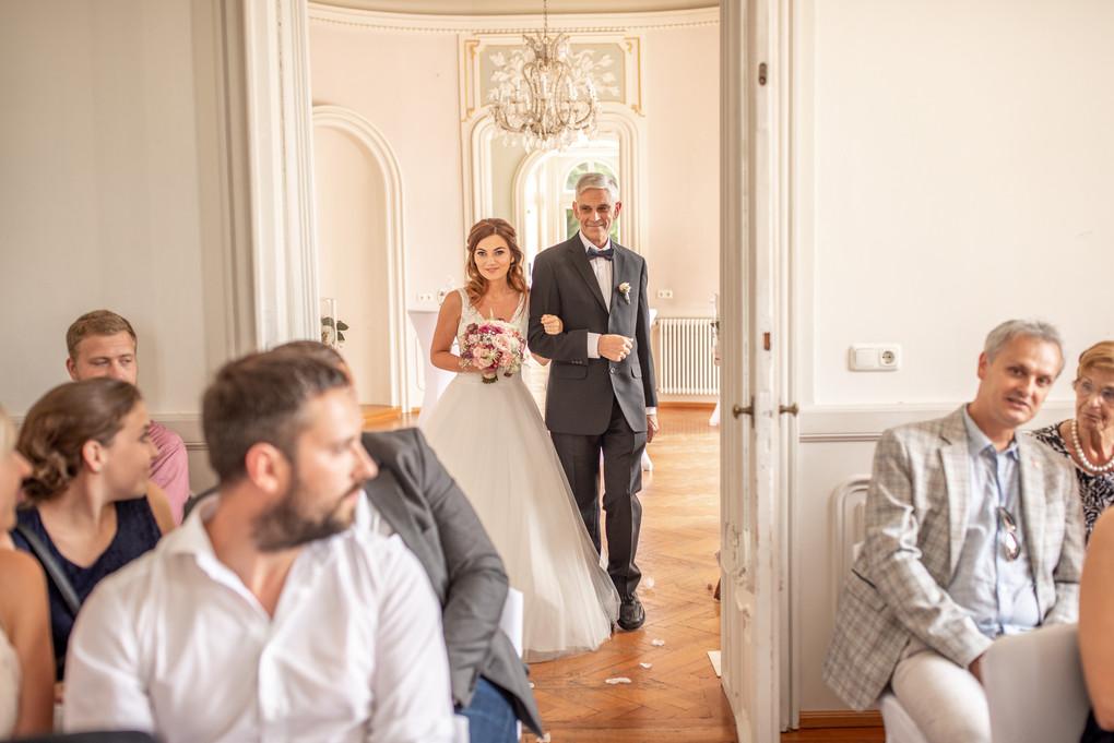 hier kommt die braut begleitet von ihrem vater der sie dem bräutigam übergibt