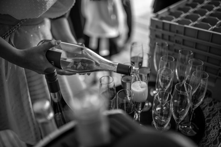 Sektempfang im Weingut Rebhof - Hochzeitsfotografie am Bodensee, in Nonnenhorn in Deutschland || Bohoray - Abendteuer Hochzeitsfotos und Elopementfotografin - Victoria Rüf || www.bohoray.com