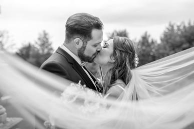 schwarz weiß kussfoto von den hochzeitsfotografen wild embrace
