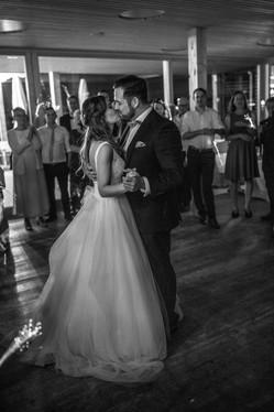brautpaar tanzt auf der hochzeit in schwarz weiß - verlobungs fotograf in vorarlberg