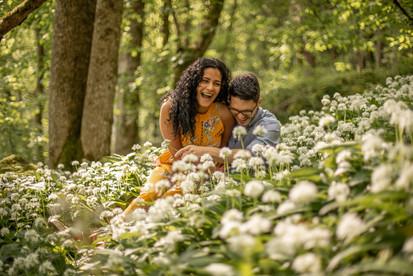 süßes Paar in einem Blumenfeld