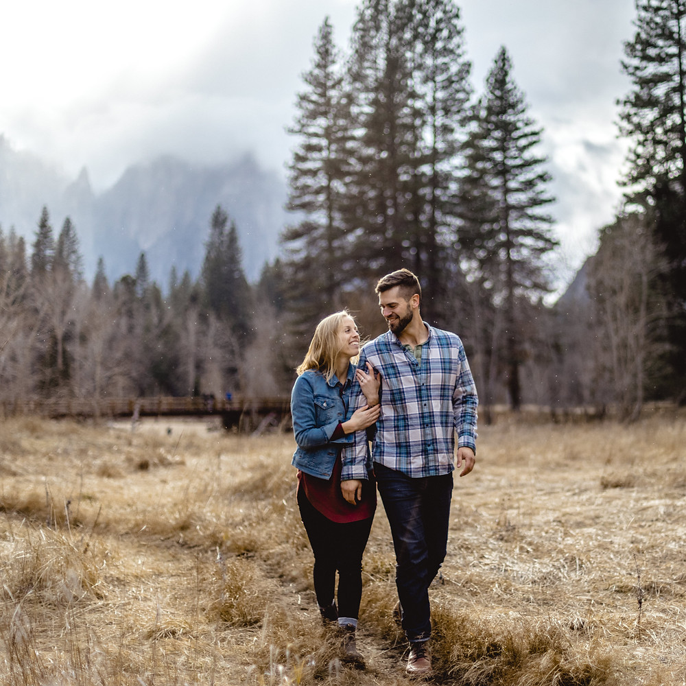 wild embrace couple shooting in the Yosemite