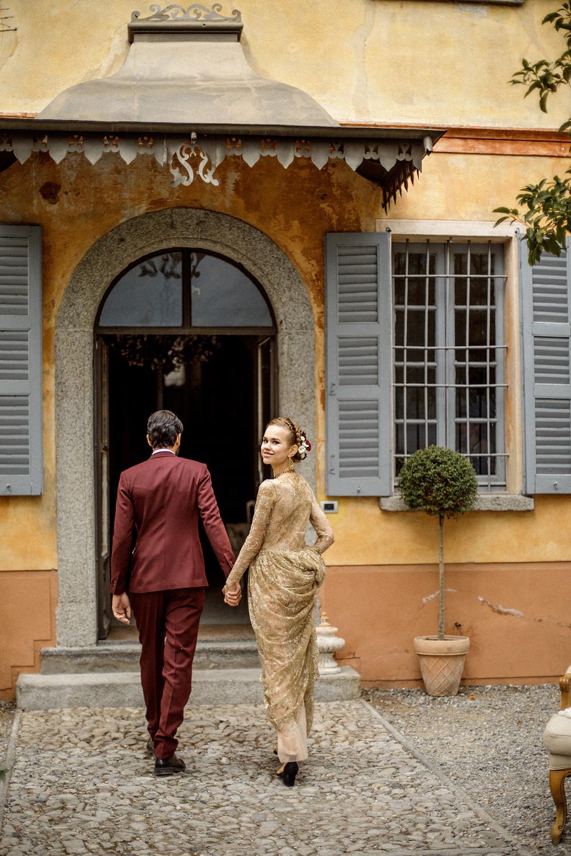 Brautpaar auf dem Weg zur Hochzeitslocation in der Villa Teodolinda am Comosee in Italien