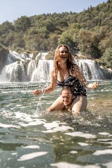 spaß im wasser bei diesem foto shooting im krka nationalpark