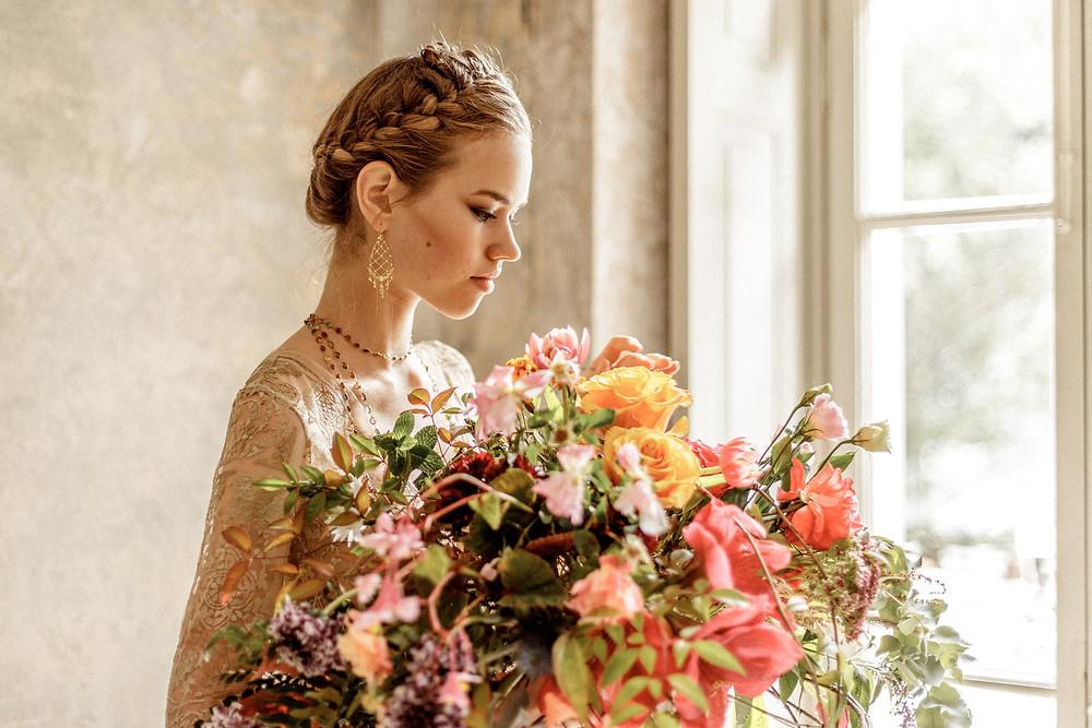 Braut mit großem Brautstrauß