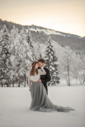 romantic couple photos in the snow