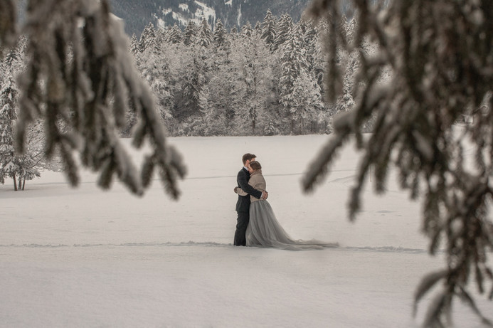 wedding photos in the snow