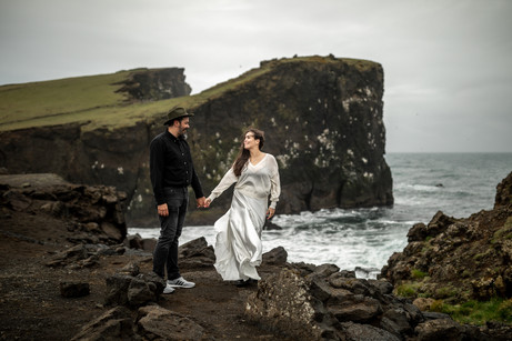 emotional Elopementphotos in Iceland || Bohoray adventure elopement and intime wedding photographer Victoria Rüf || Weddingphotographer Iceland || www.bohoray.com ||