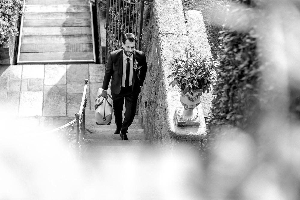 Bräutigam kommt bei der Hochzeitslocation am Comosee an