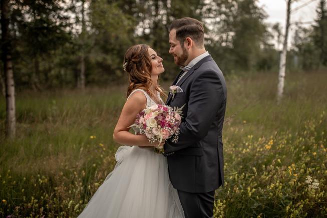 süßes brautpaar kann es kaum erwarten endlich zu heiraten