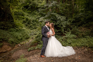 amazing nature wedding photos in a forest - elopement pictures in the forest