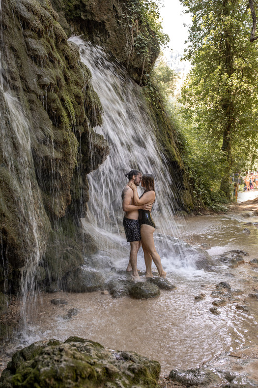 kissing under waterfall by this photoshootin in croatia