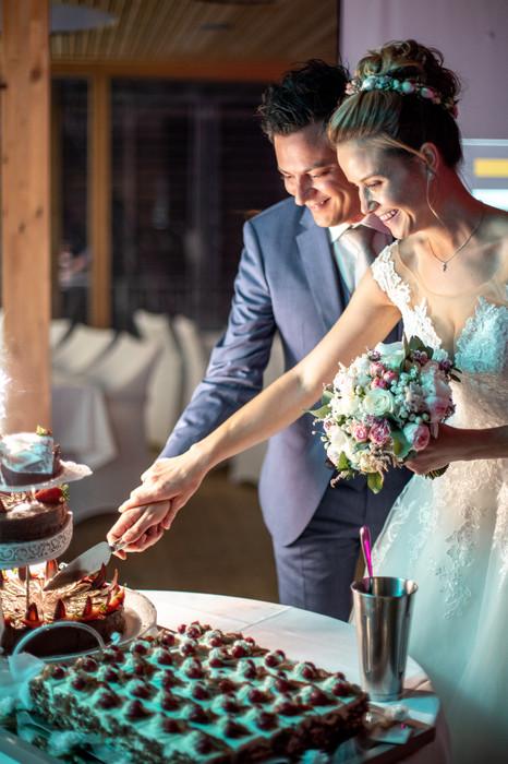 Hochzeitstorten Anschnitt auf der Hochzeitsparty im Bootshaus am Kaiserstrand inLochau