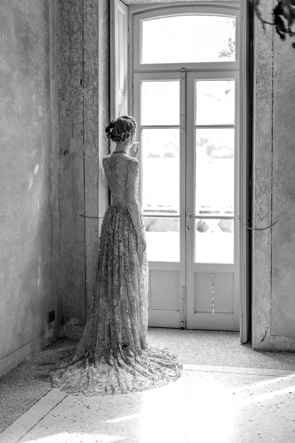 Die Braut wartet auf ihren Bräutigam damit die Hochzeitszeremonie in Italien beginnen kann