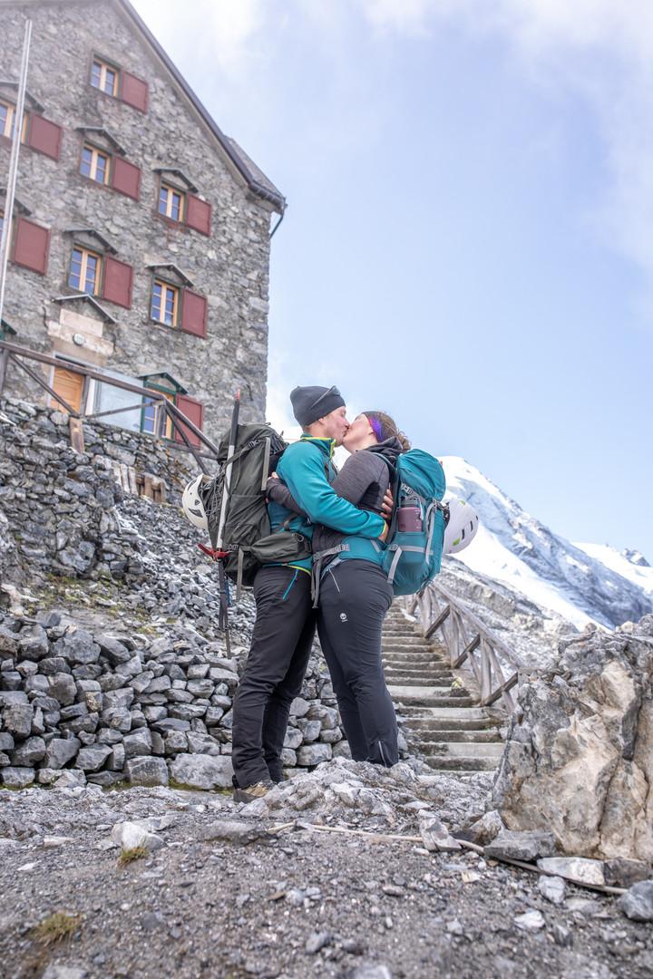 Ein Foto bei der Payer Hütte, eine Hütte auf dem Ortler dem höchsten Berg im Südtirol. Wild Embrace Fotografie Abenteuer Elopement und Auslandshochzeit Fotografen in  Österreich, Europa und weltweit. www.wildembrace.photo