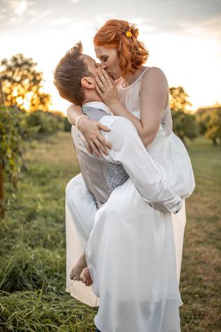 Brautpaar Fotos in den Weinbergen - Hochzeitsfotografie am Bodensee, in Nonnenhorn in Deutschland || Bohoray - Abendteuer Hochzeitsfotos und Elopementfotografin - Victoria Rüf || www.bohoray.com