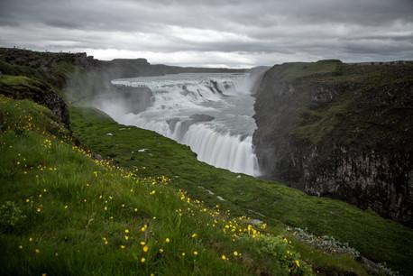 Gullfoss Wasserfall im Golden Circle in Island || Bohoray - Abenteuer Hochzeits und Elopement Fotografin Island - Victoria Rüf  || www.bohoray.com