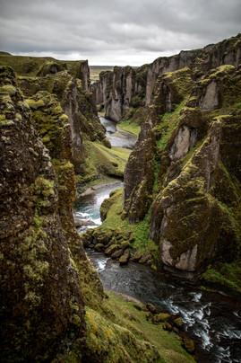 Fjaðrárgljúfur Schlucht in Island || Bohoray - Abenteuer Hochzeits und Elopement Fotografin Island - Victoria Rüf  || www.bohoray.com