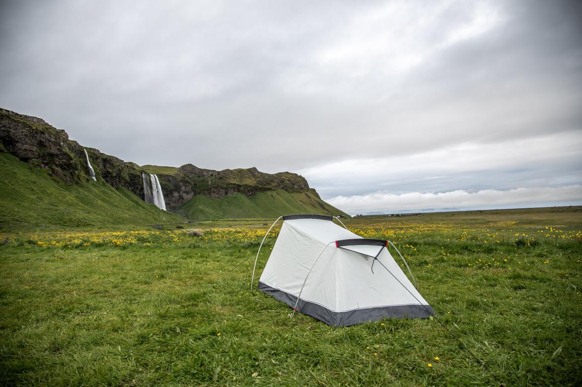 Zelten vor dem Seljalandsfoss Wasserfall in Island || Bohoray - Abenteuer Hochzeits und Elopement Fotografin Island - Victoria Rüf  || www.bohoray.com