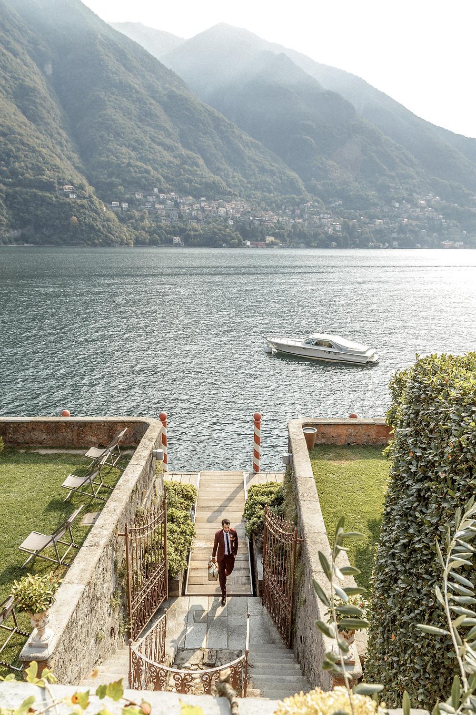 Bräutigam kommt mit dem Boot zur Hochzeit am Comosee