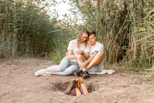 Romantische Paarfotos mit Lagerfeuer am Strand. Wild Embrace Fotografie / Abenteuer Elopement und Auslandshochzeit Fotografen Österreich / Europe / www.wildembrace.photo