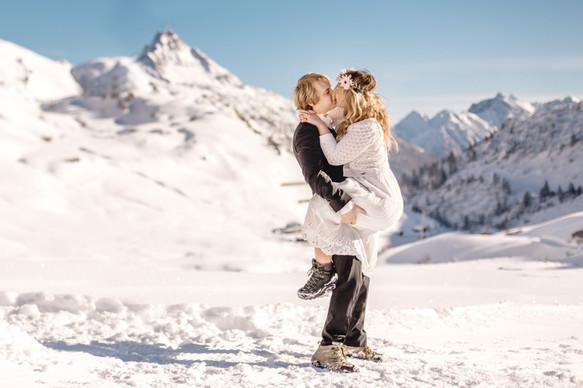 Verlobungsfotos in den verschneiten Bergen am Arlberg