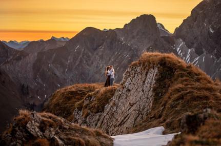 Paar auf einem Gipfel