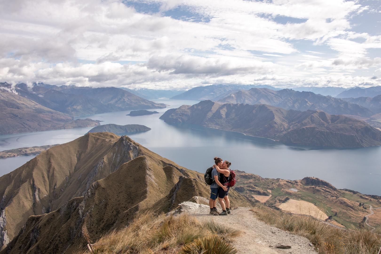 Selbstportrait auf dem Roys Peak in Wanaka, Neuseeland / Wild Embrace Fotografie Abenteuer Elopement und Auslandshochzeit Fotografen in  Österreich, Europa und weltweit. www.wildembrace.photo