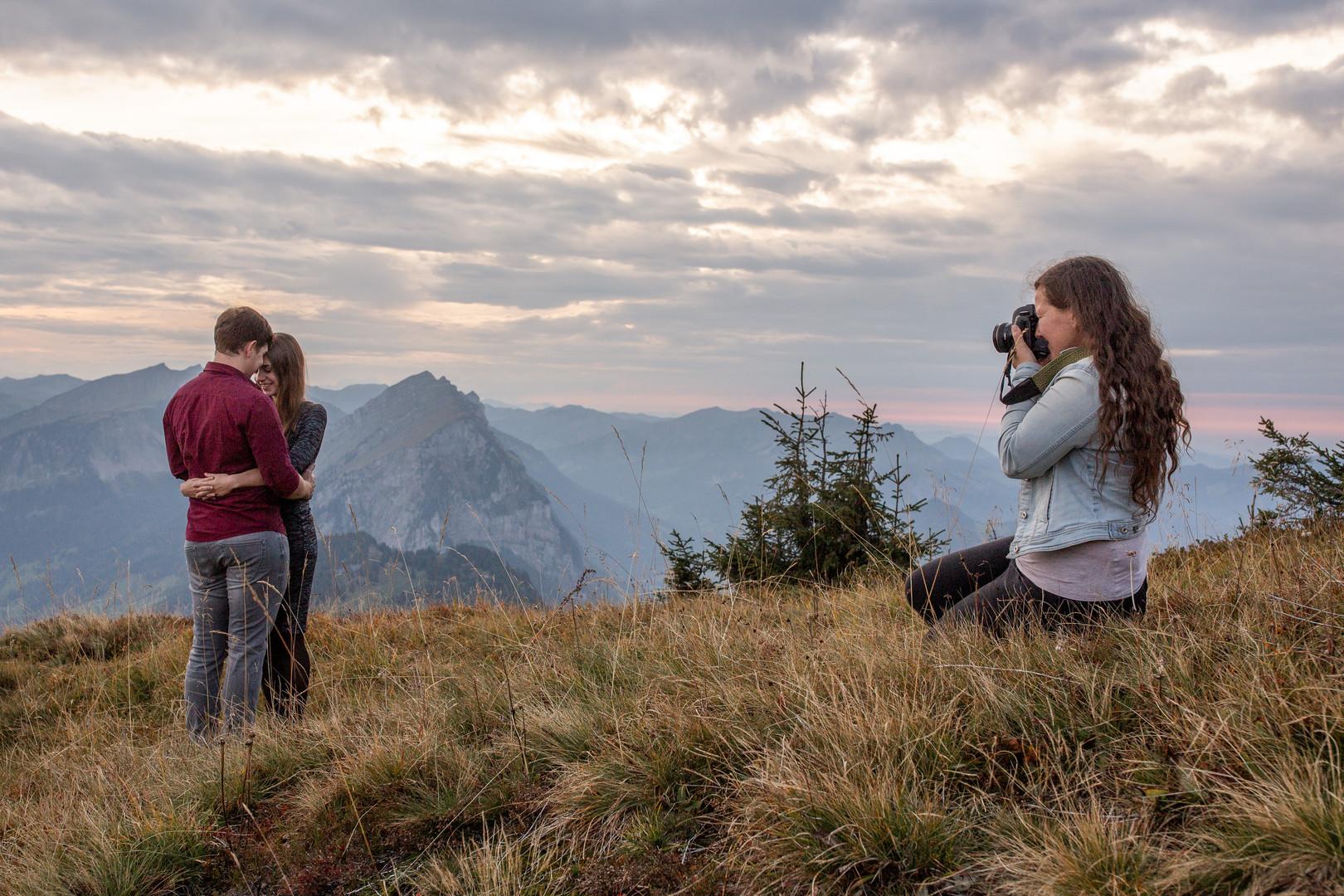 Victoria Rüf fotografiert ein Paar in den Bergen im Bregenzerwald, Vorarlberg. Wild Embrace Fotografie Abenteuer Elopement und Auslandshochzeit Fotografen in  Österreich, Europa und weltweit. www.wildembrace.photo